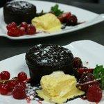 Coulant de chocolate con biscuit de vainilla y coulis de fresa_Restaurante Marsol Lloret