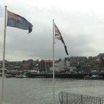 Флаги рядом с музеем Капитана Кука