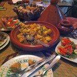 Tajine di pollo, limone, patate, olive e spezie con insalata marocchina