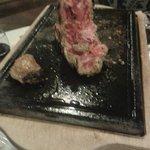 Resti di carne sulla griglia a tavola