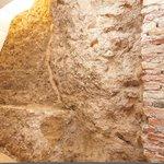 Parte de la muralla de Málaga en Feel Apartments La Merced