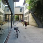 Hinter dem Foyer, espace libre und Treppe zu Filmpodium