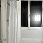 la baignoire et le rideau de douche