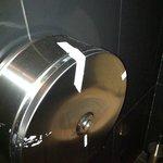 Distributeur de papier WC qui tient avec du scotch !
