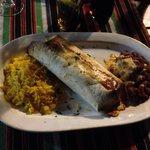 Burrito con riso e fagioli accompagnato da 3 salse