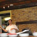 de zoon van de eigenaar maakt dagelijks overheerlijke pizza's