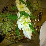 Burrata de bufalla fresca, láminas de tomate natural, virgen extra y pimienta rosa