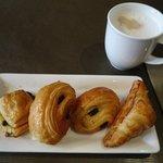 Café da manhã com brioches e croissants deliciosos!