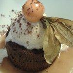 Mi-cuit de chocolat noir aux noisettes torrefiés. Tipo um brownie delicioso!