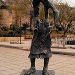 Le vendeur d'eau une statue en bronze a laquelle on a volé la carafe d eau hhh il ressemble a un
