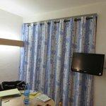 La table et la TV dans la chambre même