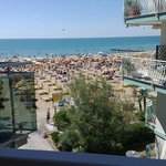 La vista dalla camera da l'idea della vicinanza dell'hotel alla spiaggia. Niente strade!