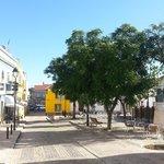 Außengastronomie auf dem Kirchplatz von Moncarapacho
