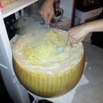 Pasta bianca : pâtes imprégnées directement dans la meule de parmesan ! Huuum !