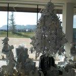 Recepción del hotel, ambientada en Navidad