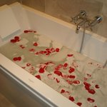 bañera con pétalos