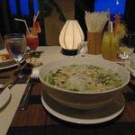 для сравнения, слева тарелка европейского супа, в центре местный суп Фо)