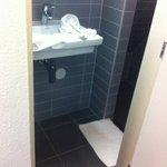 salle d'eau avec douche en sous-pente