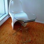 kursi dan meja yang futuristik