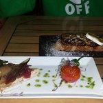 Tierra y mar de jamón de pato y anchoas y tosta de foie con queso de cabra