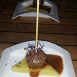 Albóndiga de rabo de toro con patatas y salsa de vino dulce