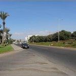 Route devant l'hotel / Road along Hotel