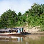 arrivée en bateau au kamu lodge sur le bord du Mékong