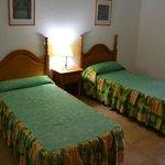 La chambre lits jumeaux avec grands placards encastrés