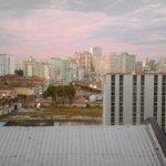 Vista do quarto que fiquei com o dia amanhecendo em Porto Alegre