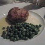 Hamburger di vitello con piselli e purè di patate