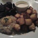Beef rydberg: bocconcini di manzo con patate arrosto, cipolle con uovo sopra è salsa senapata