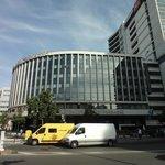 外観。写真左側はカタローニュ広場です。