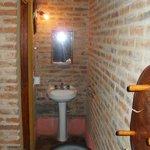 el lavatorio, lo demas en una puerta a la izquierda