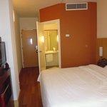 o quarto espaçoso e confortável do Ibis