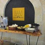 угощение в лобби:соки, горячий сайдер, финики, апельсины