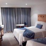 la habitación doble con dos almohadas de pluma de ganso por cama