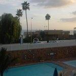 Balkonzicht over zwembad en oceaan.
