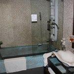 Modernes Bad mit Massagedusche und Riesenwanne