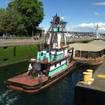 Barco passando pelas eclusas.