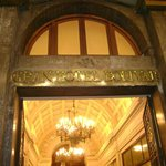 Entrada do Hotel em mármore e bronze