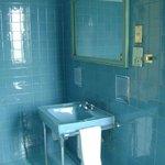 Banheiro com louça antiga e tudo funcionando