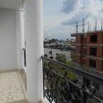 balcon, vue sur la rivière et construction à l'abandon