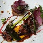 suprême de pigeonneau rôti et cuisse confite, poire pochées au vin rouge et tarte fine à l'échal