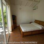 La chambre avec un grand lit