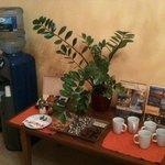 Un accueil sympathique avec thé, café et biscuits dans le hall d'entrée