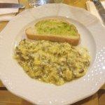 Bruschetta all'olio d'oliva e stracciata al tartufo