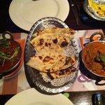 Beef malibu et beef vindaloo  accompagné cheese and garlic naan