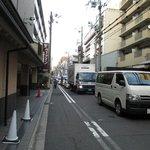 ホテル前。紅葉で四条通の渋滞が六角通まで続いている