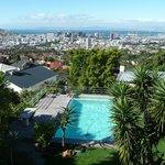 Blick über den Garten auf Kapstadt
