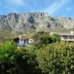 """Blick auf den Tafelberg aus dem Badezimmer des """"Signal Hill"""""""